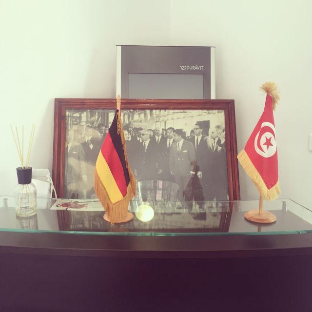 Deutsche Flagge und Tunesische Flagge, hintendrin mit Duravit Logo