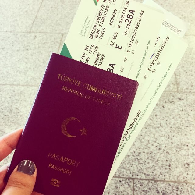 Mein Reisepass und mein Flugticket nach Tunesien