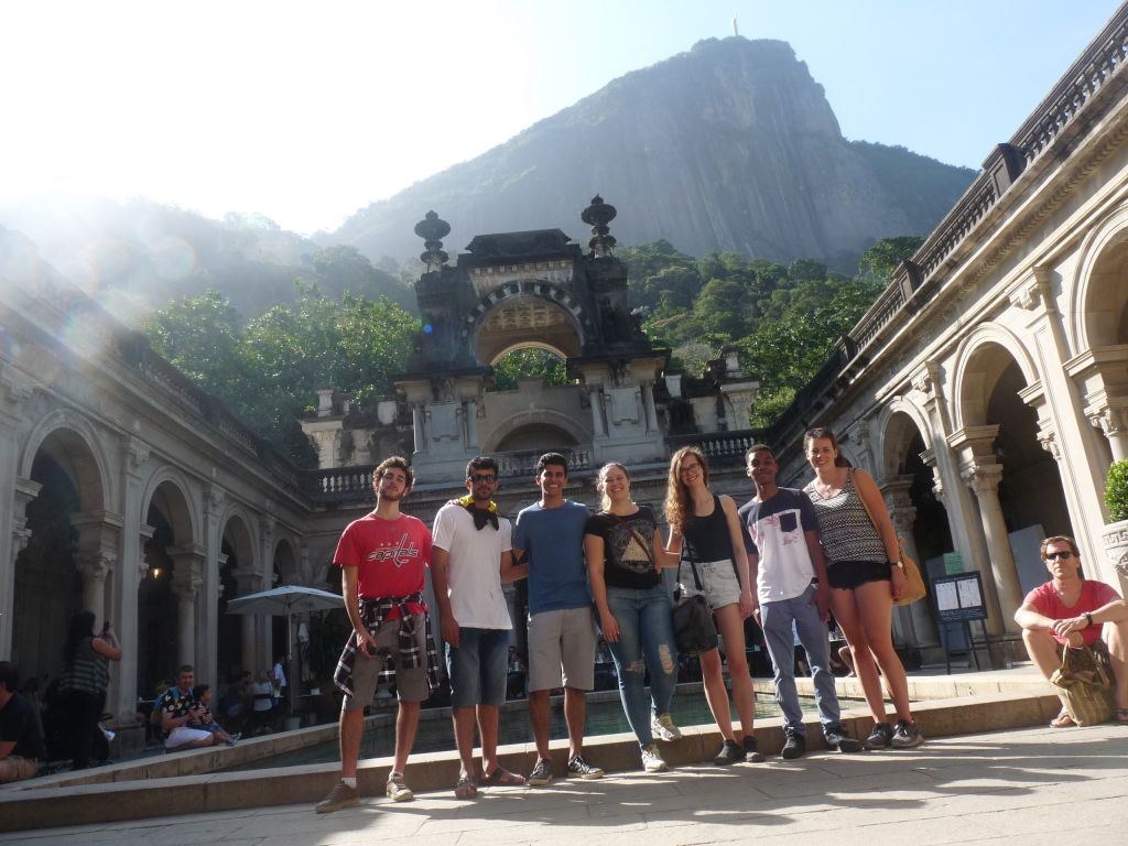 Menschngruppe im botanischen Garten in Rio de Janeiro