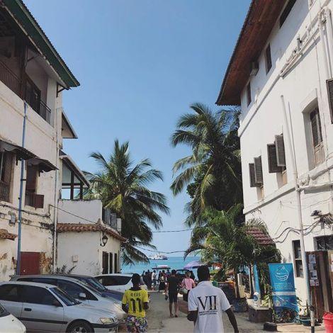 Blick aufs Meer von einer Straße in Sansibar.