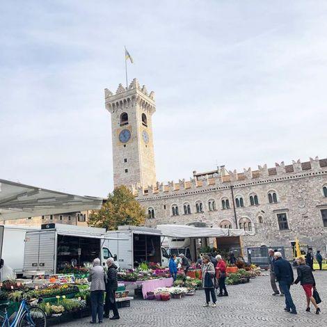 #Markttag in #Trento. Immer wieder donnerstags gibt es Obst, Gemüse, Käse und…