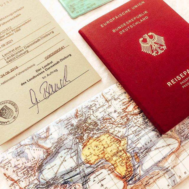 Reisepass, Studentinnenausweis, eine Karte und ein internationaler Führerschein.