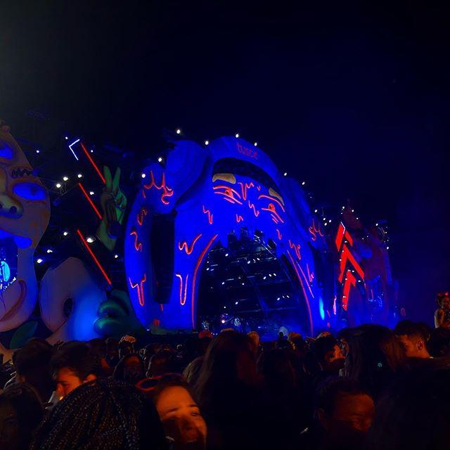 Eine bunt beleuchtete Festivalbühne in Brasilien.