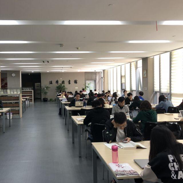 Bibliothek mit Studenten