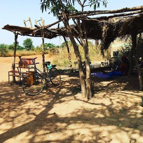 Das Zentrum in dem Dorf, in dem wir heute mit AMPO Gesprächsrunden machen und…