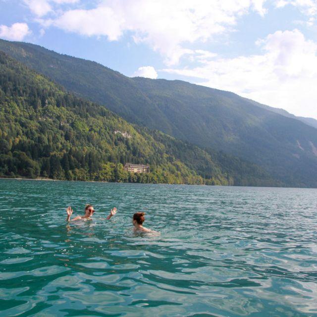 Zwei Schwimmende im Lago di Molveno
