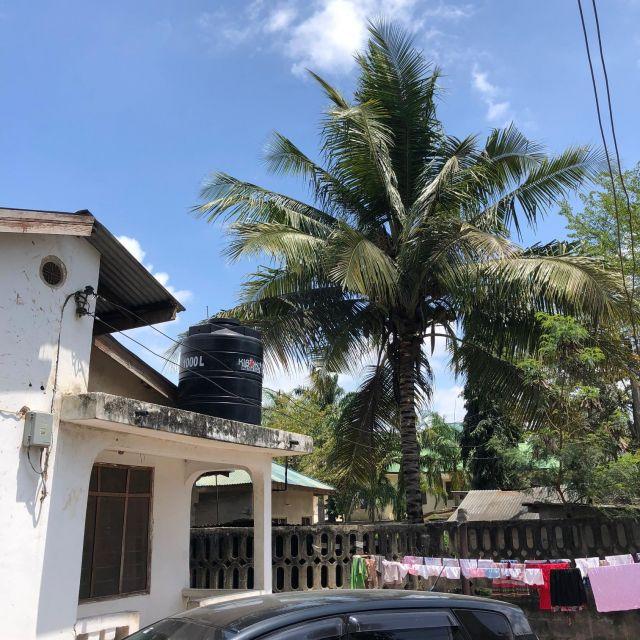 Das Haus einer mittelständischen Familie: mit Wassertank auf dem Dach