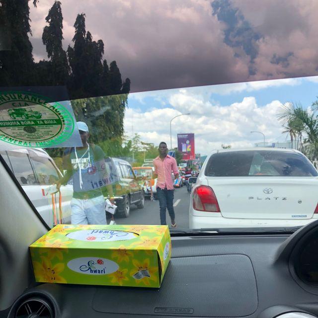 Autos im Stau, Verkäufer laufen zwischen den Autos und verkaufen ihre Waren