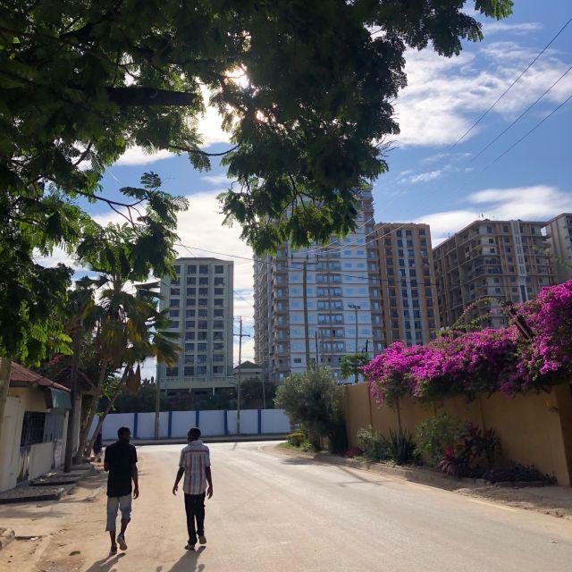 Sandstraße mit Hochhäusern im Hintegrund