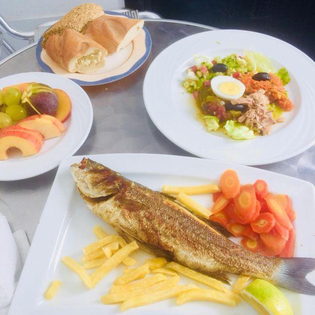 Mittagessen Nr. 1 - Fisch, Salat Früchte, Brot, Brot, Brot und Pommes
