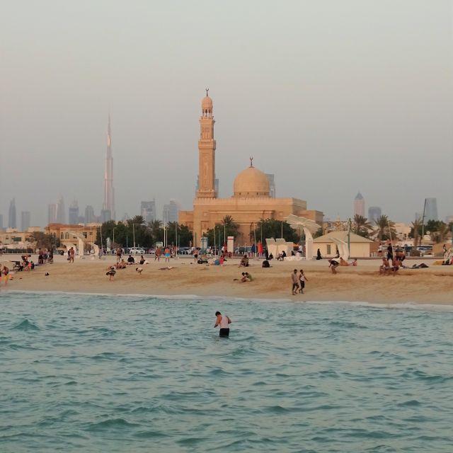 Aussicht auf Moschee und Burj Khalifa am Kite Beach Dubai
