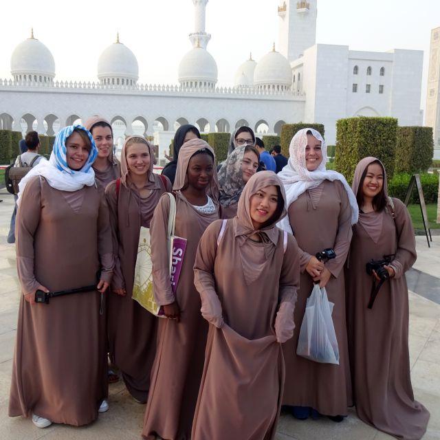 Verschleierung für Frauen in der Scheich-Zayid-Moschee