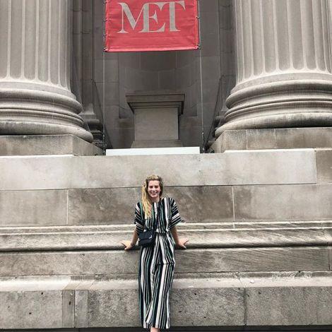 Leonie posiert vor dem MET in New York.