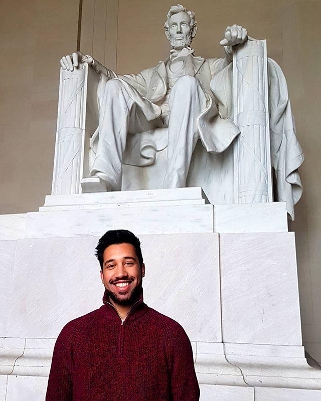 Student Backtosch vor der Statue von Abraham Lincoln in Washington D.C.