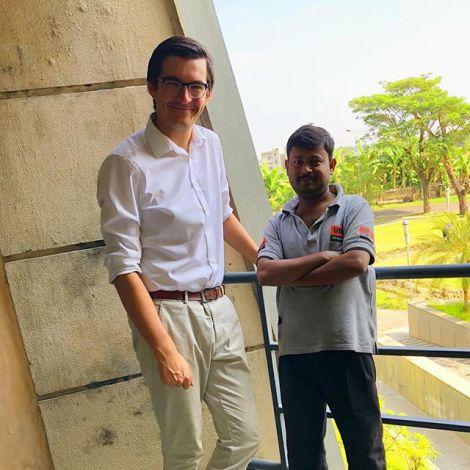 Student Simon mit einem Mitarbeiter auf dem Campus seiner Indischen Uni.