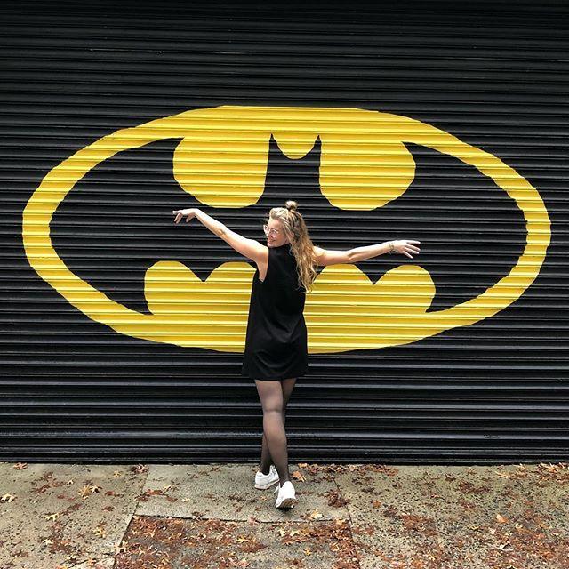 Leonie posiert vor einem Batmanzeichen an einer Hauswand in Philadelphia.