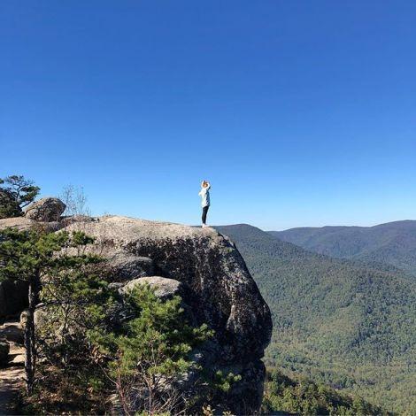 Leonie auf einem Felsvorsprung in einem Nationalpark der USA.