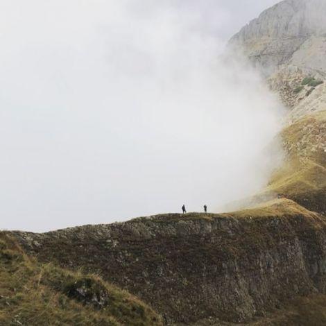 Eine neblige Gebirgskette im Gebirge in Trentino.