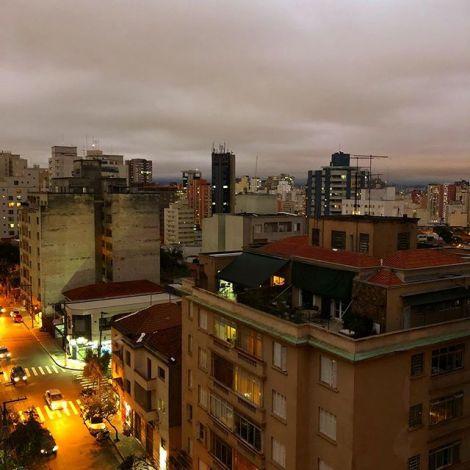 Blick über die Dächer von São Paulo am Abend.