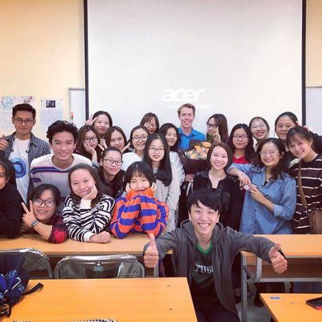 Gruppenfoto: Andreas mit seiner vietnamesischen Schulklasse.