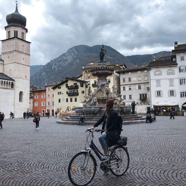 Person auf dem Fahrrad an einem italienischen Platz
