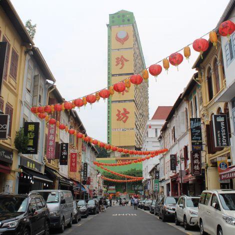 Temple Street in Singapur, geschmückt mit roten Lampions
