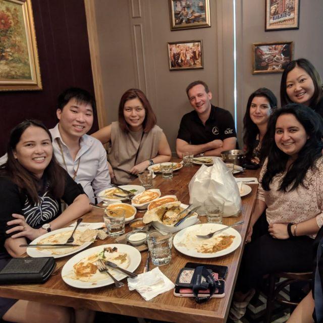 7 Personen um einen Tisch in einem Restaurant
