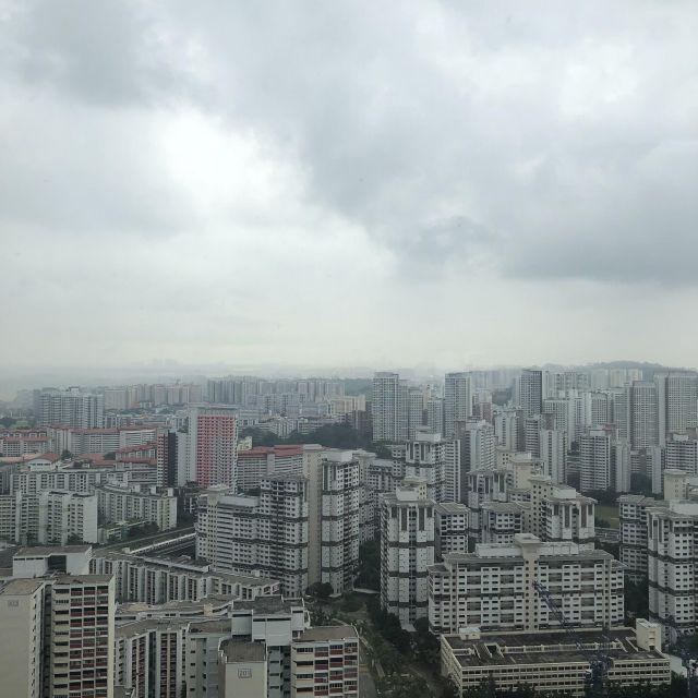Skyline mit weißen Hochhäuser, grauer und bewölkter Himmel