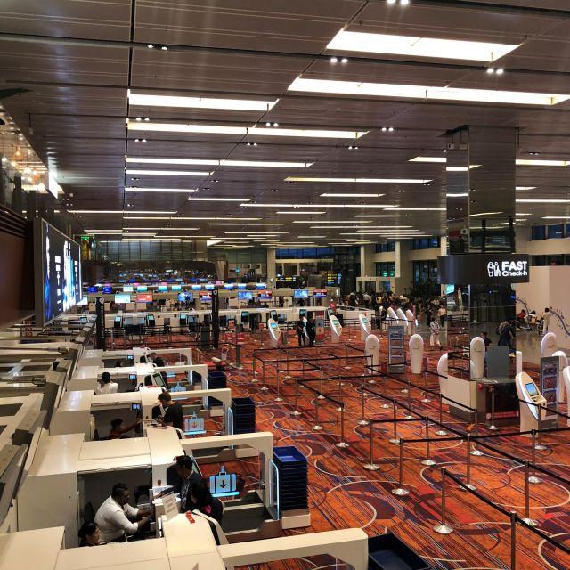 Abflughalle des Changi Airports in Singapur