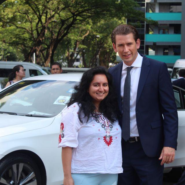 Sebastian Kurz mit einer Frau vor weißem Auto