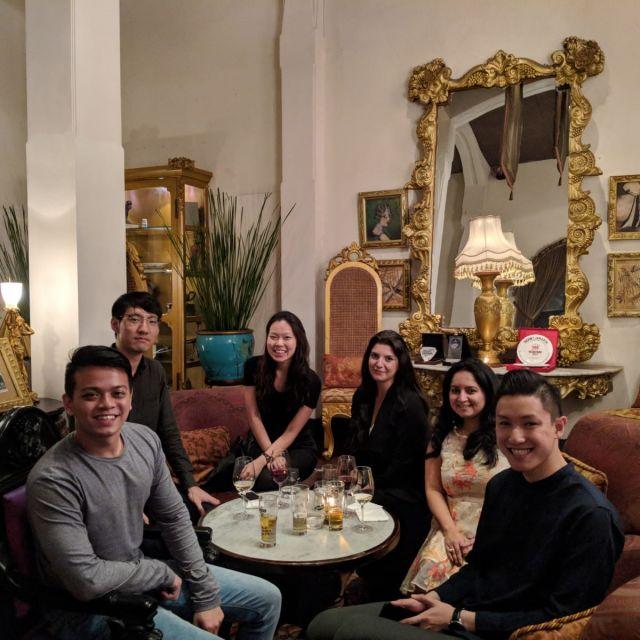 6 Menschen um einen Tisch in einer Bar