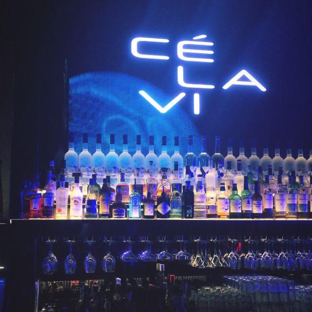 Bar mit Alkoholflaschen und Gläsern