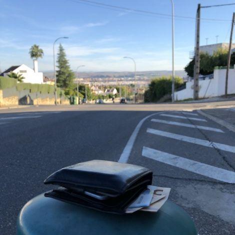 Portemonnaie auf einem Seitenpfosten