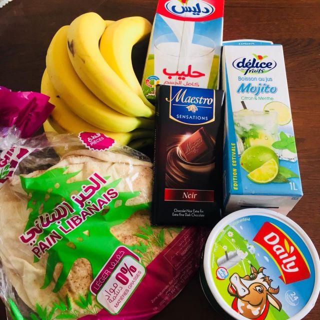 Einkaufshaul Nr. 1 - Milch, Bananen, Mojito, Schokolade, Streichkäse und arabisches Brot. Preis liegt bei etwa 5€.