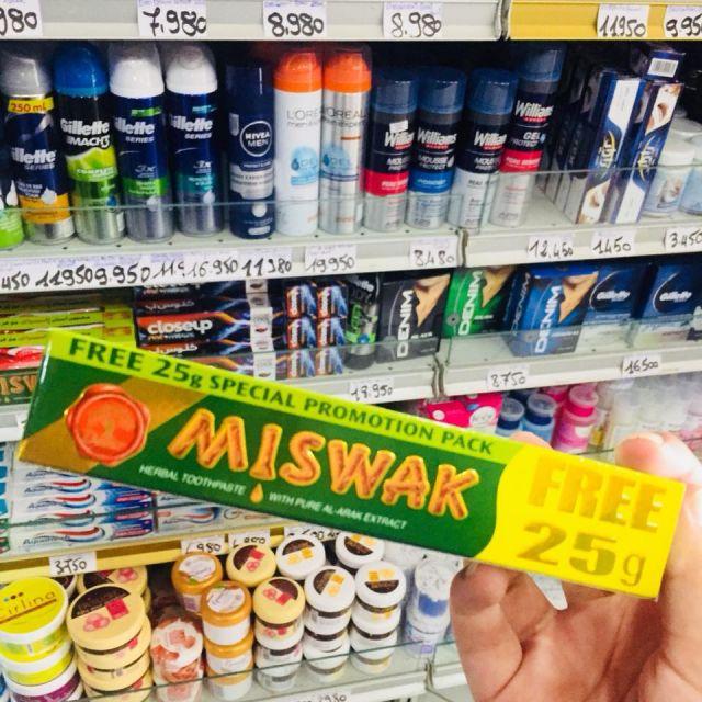 Miswak, ist eine natürliche Zahnpasta. Im Hintergrund sind noch andere Drogerieprodukte mit den Preisen zu sehen.