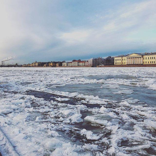 Ein zugefrorener Fluss in St. Petersburg.