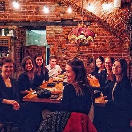 Eine Gruppe von Menschen an einem Restaurant-Tisch in St. Petersburg.