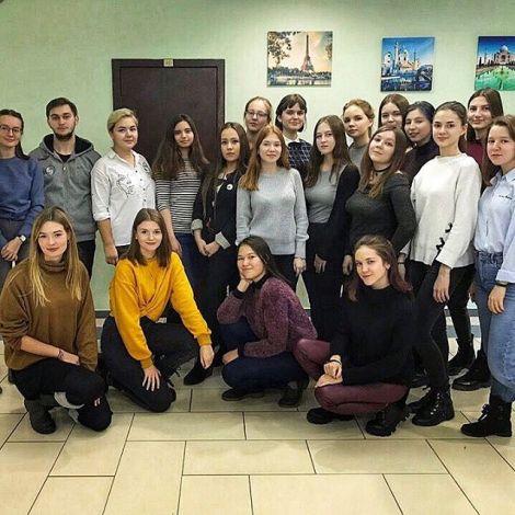 Eine Gruppe Studentinnen und ein Student in Kasan, Russland.
