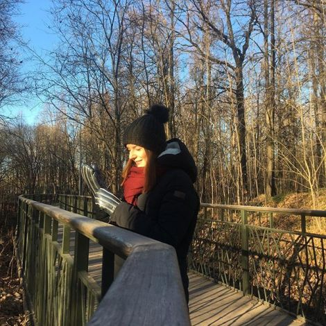 Studentin Saskia steht in warmen Wintersachen auf einer Brücke im Gorki-Park in Kasan.