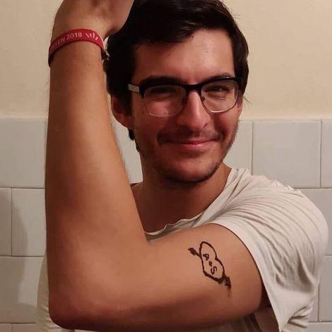 Simon hebt seinen Arm. Er hat sich mit Henna ein Herz darauf gemalt, in dem die Initialen A + S stehen.