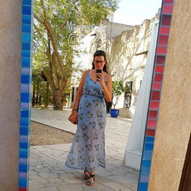 Studentin Laura macht ein Selfie vor einem Spiegel in Schardscha. Sie trägt ein hellblaues, geblümtes Sommerkleid und nimmt Abschied von ihrem Auslandssemester.