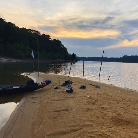 Ein Strand in Brasilien mit einem Boot und einigen Kleidungsstücken.
