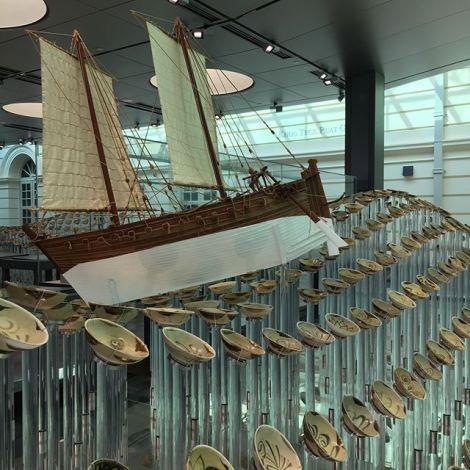 Ein altes Segelschiff in einem Museum in Singapur.