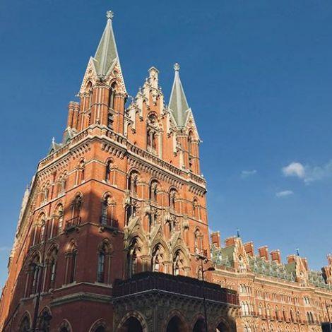 Der Bahnhof St. Pancras in London von außen. Er gleicht einer imposanten Kirche.