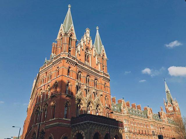Wie findest du auf den ersten Blick diese schöne Gebäude hier?  Ein Schloss?…