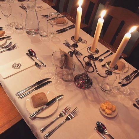 Ein formell gedeckter Esstisch mit Kerzen in England.