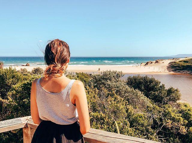 Studentin Larissa steht bei schönem Wetter auf einer Aussichtsplattform an der Goldküste Australiens und schaut aufs Meer.