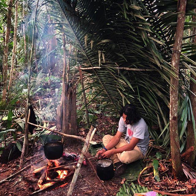 Reiseführer Daniel entfacht ein Lagerfeuer im Dschungel.