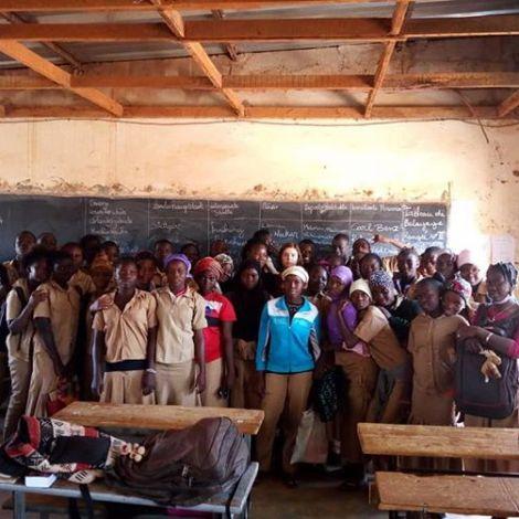 Eine Gruppe Schülerinnen und Schüler in ihrem Klassenraum in Burkina Faso.