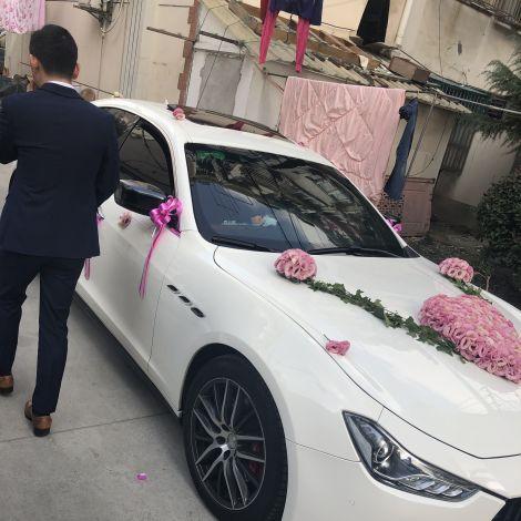 Ein für eine Hochzeit dekoriertes Auto in China.